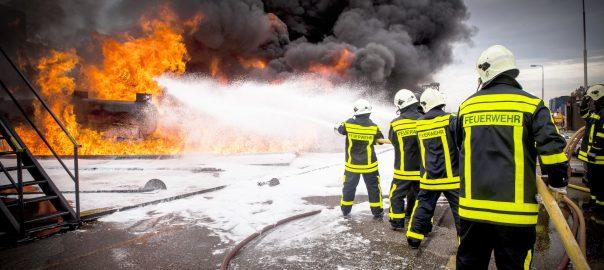 Feuerwehrmänner löschen einen Brand