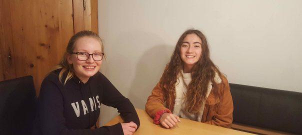 Matilde aus Chile (rechts) mit Interviewpartnerin Ellen (links)