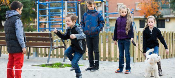 Kinder spielen Gummitwister