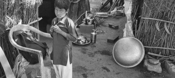 Kleiner Junge vor seiner Hütte in Indien