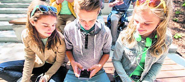 Jugendliche mit Handys
