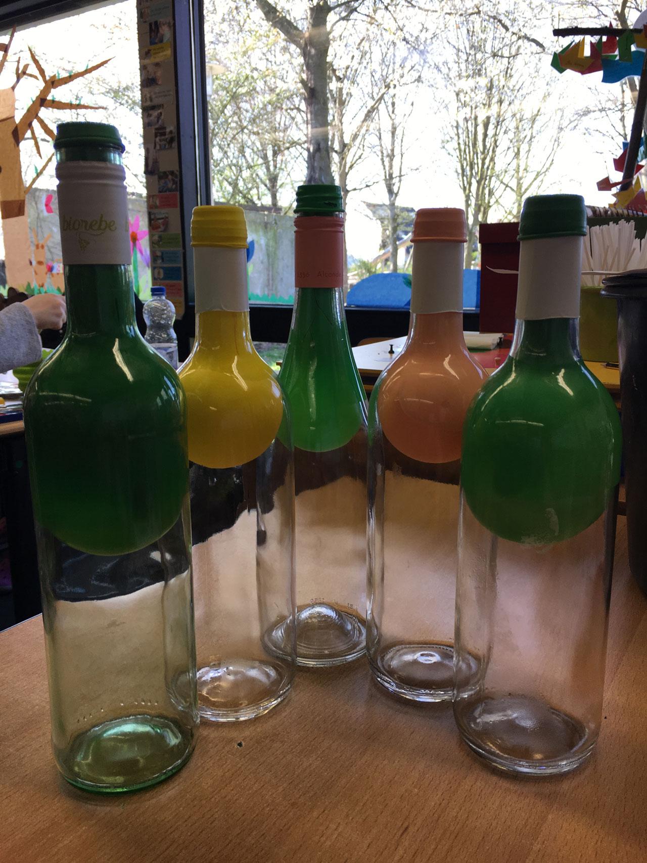 Flaschen mit bunten Flaschenhälsen