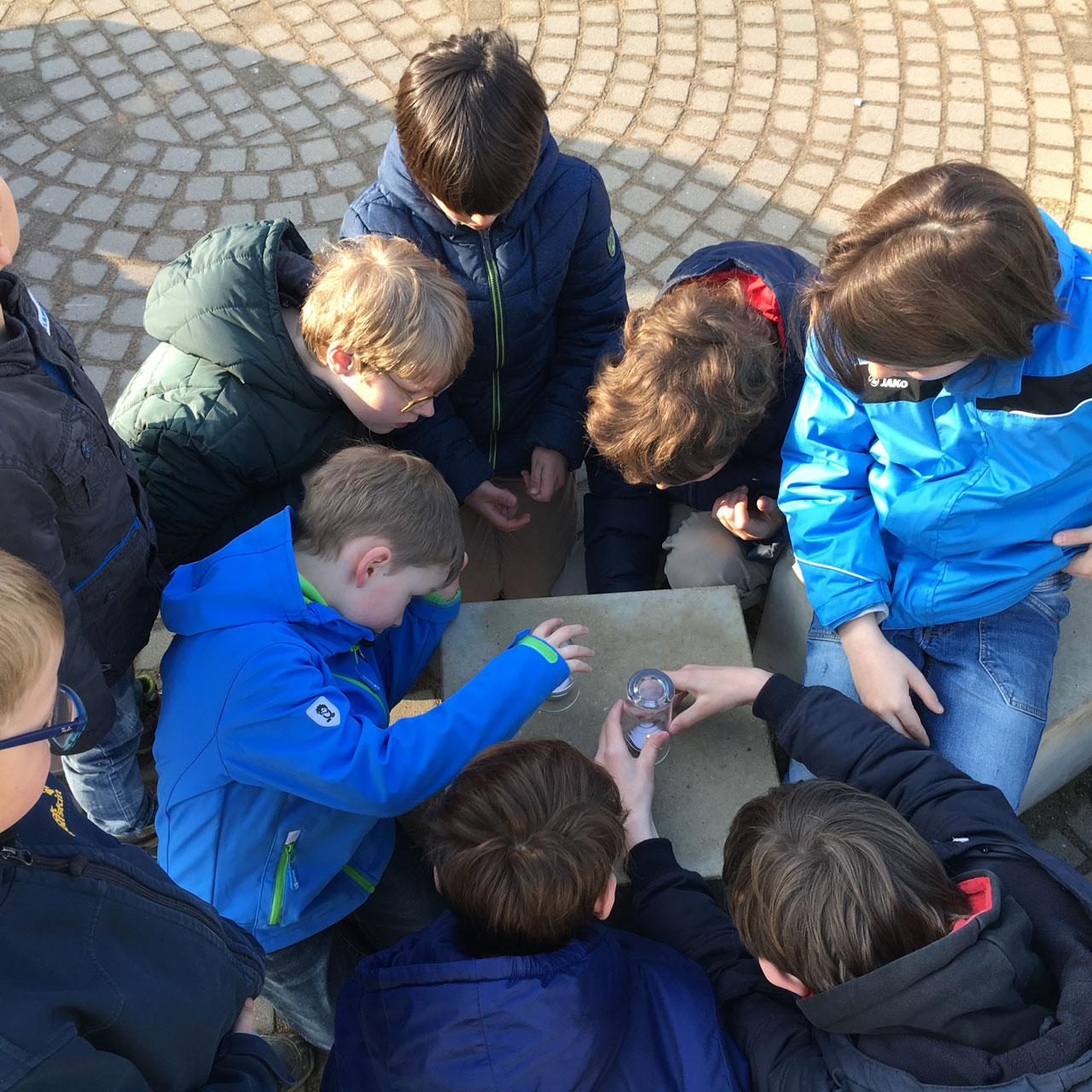 Kinder machen ein Experiment mit Kerzen